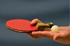 卓球のサービスをする人