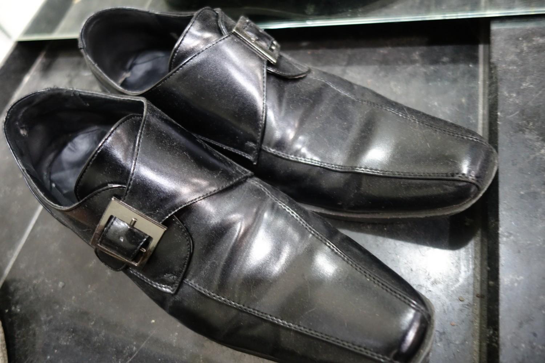 ボロボロの革靴