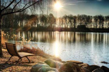 朝日と水辺の風景