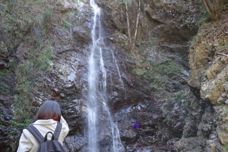 滝周辺はマイナスイオン全開でひんやりしている