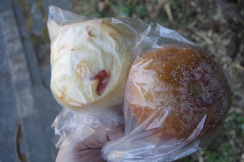 森の風で買ったあんぱんとクリームチーズパン
