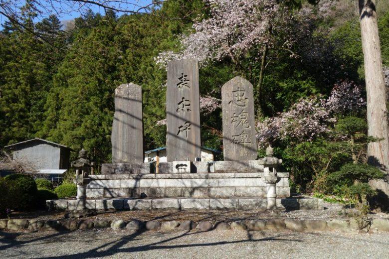 中山の滝/道路脇の忠魂碑が目印