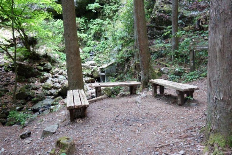 綾滝のそばのベンチ